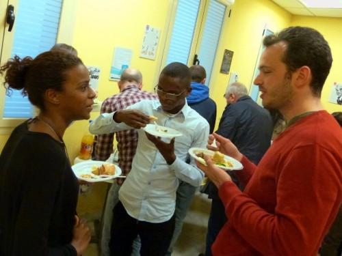Estudiantes de español y comidas de sus países.