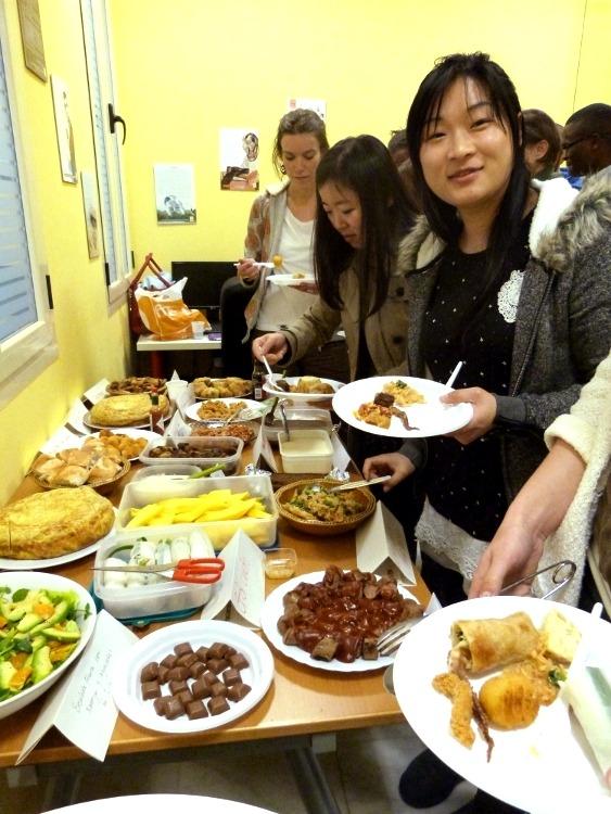 Disfrutando de platos internacionales con nuestros estudiantes de español.
